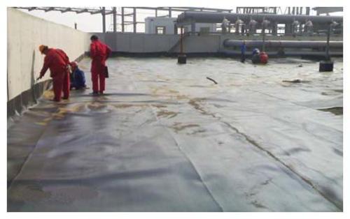 如果下垫层土体湿陷对土工膜有什么影响?