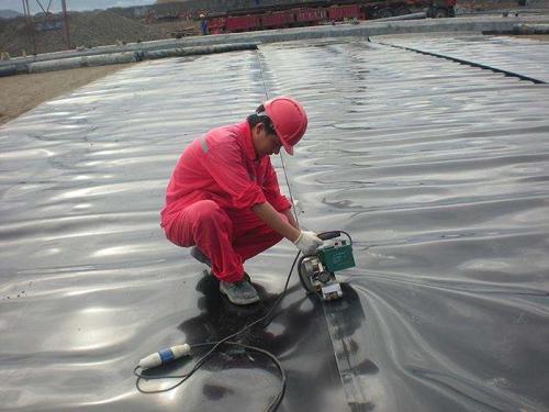 复合土工膜生产厂家告诉您土工膜的性能考虑因