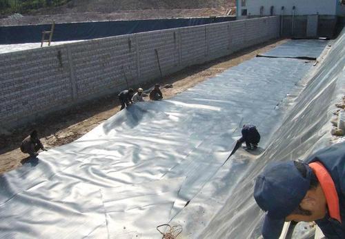铺设土工膜时周边处理的注意事项